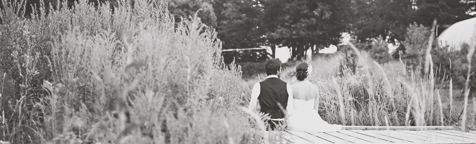 pareja-puente-de-madera-disena-tu-boda-web